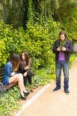 Młodych ludzi w parku — Zdjęcie stockowe