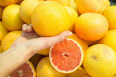 Choosing grapefruit — Stock Photo