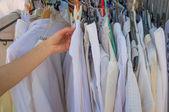 Kvinna händer välja kläder — Stockfoto