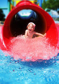 Fille descendre le toboggan aquatique — Photo