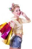 Alegre mujer pinup con bolsas de compras y teléfono — Foto de Stock
