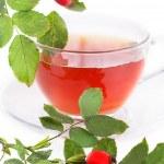 fincan kuşburnu çayı ve çilek — Stok fotoğraf