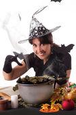 Lachende heks op halloween magic maken — Stockfoto