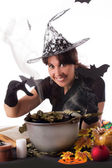 笑みを浮かべて魔女ハロウィーンの魔法を作る — ストック写真