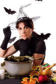 ハロウィーンの魔法を作る魔女 — ストック写真