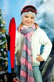 портрет красивой девушки в кепке с лыжами на фоне sn — Стоковое фото