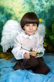 красивый мальчик с крыльями ангела — Стоковое фото