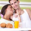 genç bir çift yatakta kahvaltı — Stok fotoğraf