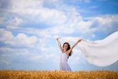 Ragazza di felicità con sciarpa bianca sul vento — Foto Stock