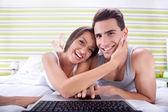 Szczęśliwa para za pomocą laptopa — Zdjęcie stockowe
