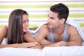 躺在床上对可爱的情侣 — 图库照片