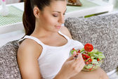 Beautiful pregnancy eating salad — Stockfoto