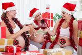 Skupina těhotných žen s santa hat — Stock fotografie