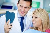 Dentiste et patient satisfait avec dents blanches — Photo