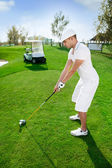Golfer is preparing to hit golf ball — 图库照片
