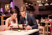 Leende par bestämmer vad att beställa — Stockfoto