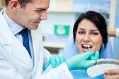 牙医检查白度的一个病人的牙齿 — 图库照片