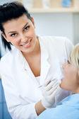 Gülümseyen kadın diş hekimi — Stok fotoğraf
