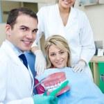 dentista, ensinar a escovar os dentes — Foto Stock