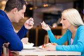 Vackra par på lunch — Stockfoto