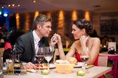 Para flirtu w restauracji — Zdjęcie stockowe