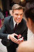 年轻人向他的漂亮的女朋友求婚 — 图库照片