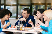 Joyeux amis, bavarder tout en déjeuner — Photo