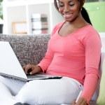 niña africana de aprendizaje en el hogar — Foto de Stock