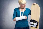 Snowboarder malheureux avec bras cassé — Photo