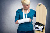 Unhappy snowboarder with broken arm — Stockfoto