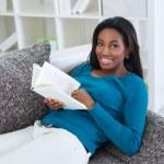 libro de lectura de mujer negra sonriendo — Foto de Stock