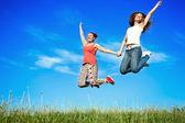 幸福年轻妇女跳 — 图库照片