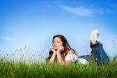 Ung flicka avkopplande och lyssna musik — Stockfoto