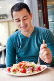 Grande parte de homem comendo salada de — Foto Stock