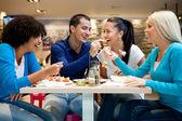 Grupo de adolescentes disfrutando en almuerzo — Foto de Stock