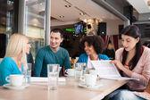 Mladí studenti v kavárně — Stock fotografie