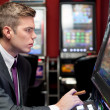 Man concentrate on slot machine — Stockfoto