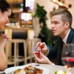 Man proposing to his girlfriend — Stock Photo