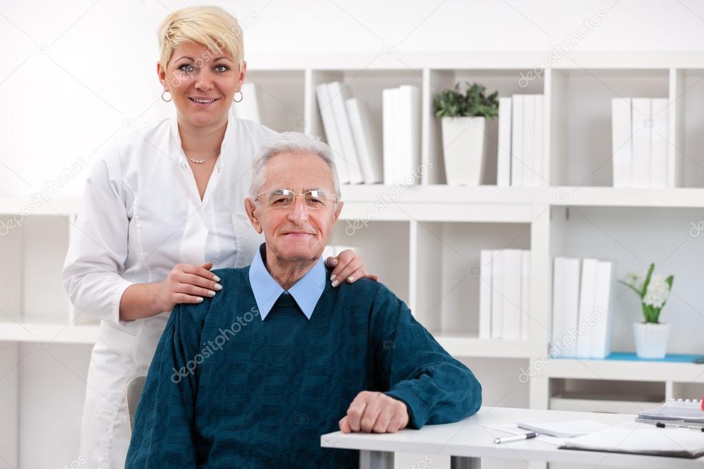 Старик и медсестра 3 фотография