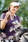 Giocatore di golf femminile sorridente — Foto Stock