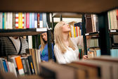 College student w bibliotece — Zdjęcie stockowe