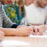 mani di scrittura degli studenti — Foto Stock