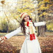 Young girl walking in autumn park — Stockfoto