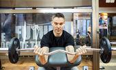 Homem com musculação — Fotografia Stock