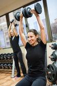 Kvinna med lyft vikter — Stockfoto
