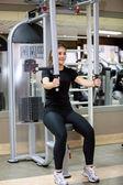 Mujer en el gimnasio — Foto de Stock