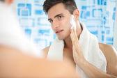 Człowiek na krem do golenia — Zdjęcie stockowe
