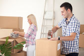 Couple packing moving boxes — Stock Photo