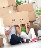 Paar plezier in hun nieuwe huis — Stockfoto
