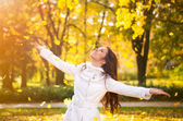наслаждаясь осенью — Стоковое фото